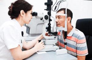 офтальмолог проверяет глаза