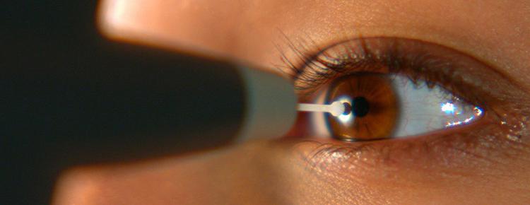 фото исследования глаз в виде тонометрии