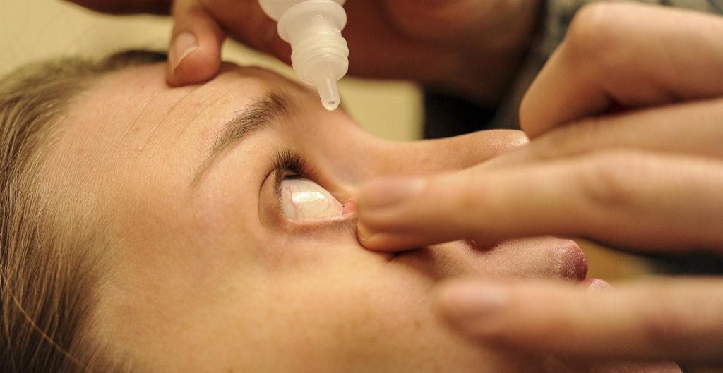 закапывают глазные капли