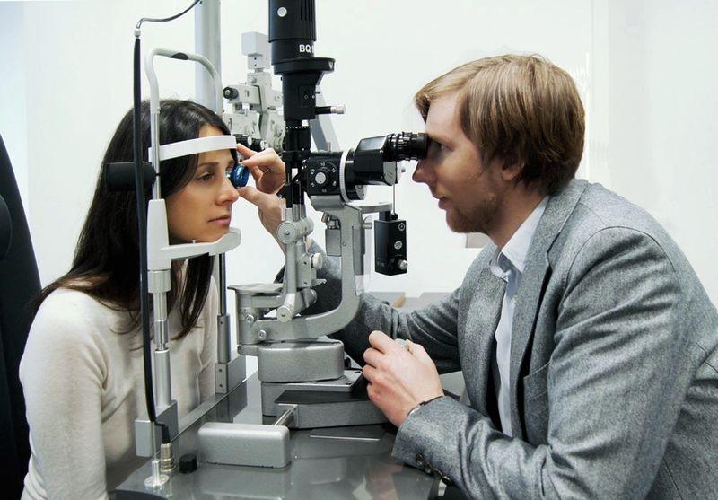доктор офтальмолог проводит диагностику глаз
