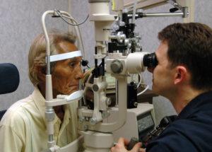 офтальмолог проводит диагностику глаз