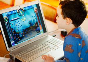 фото ребенок играет в игру на ноутбуке