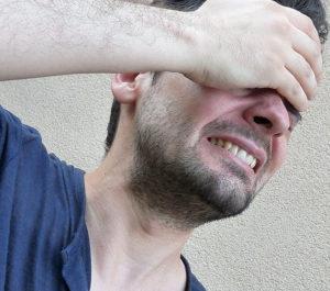 фото мужчина держится за голову