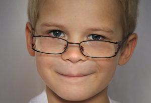 фото мальчика в очках для зрения