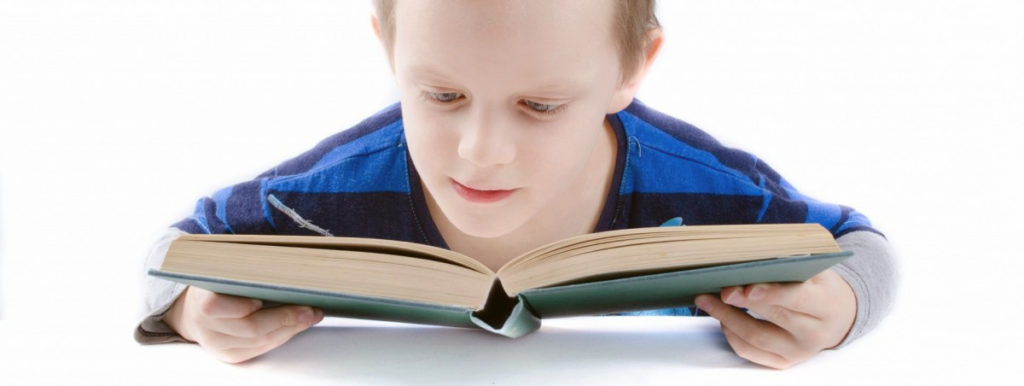фото ребенок читает вблизи книгу