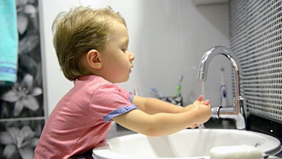 фото мальчик моет руки
