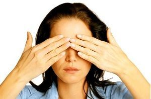 девушка закрывает глаза ладонями