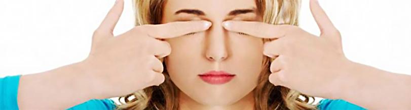женщина закрывает глаза пальцами