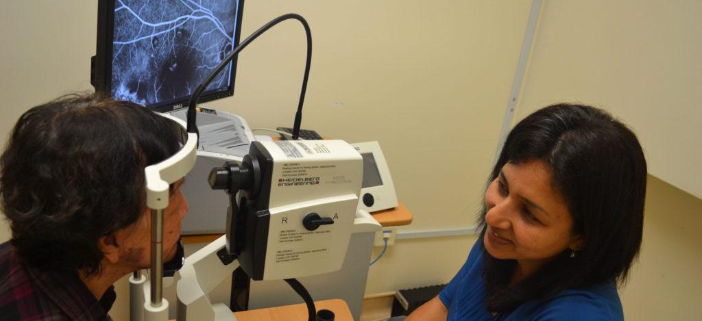 доктор проводит ангиографию сетчатки
