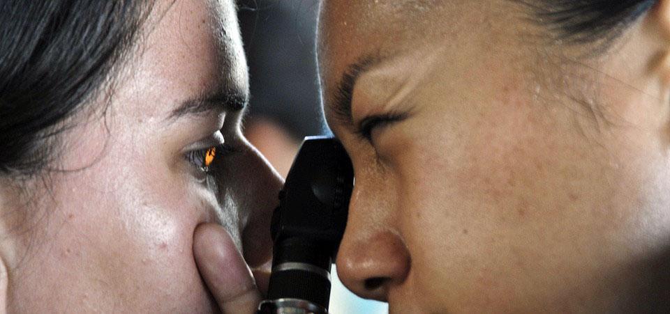 доктор проверяет глаз пациенту