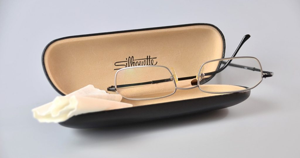 очки с салфеткой в футляре