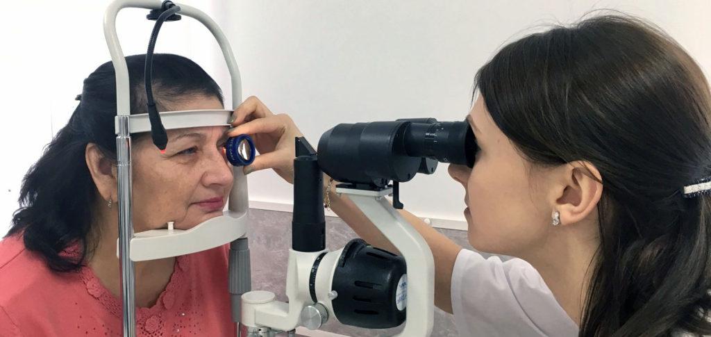 врач проводит офтальмоскопию