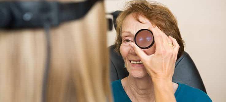 офтальмолог проводит диагностику зрения