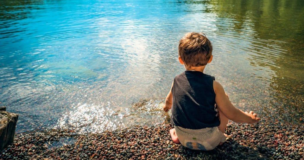 фото ребенка у водоема