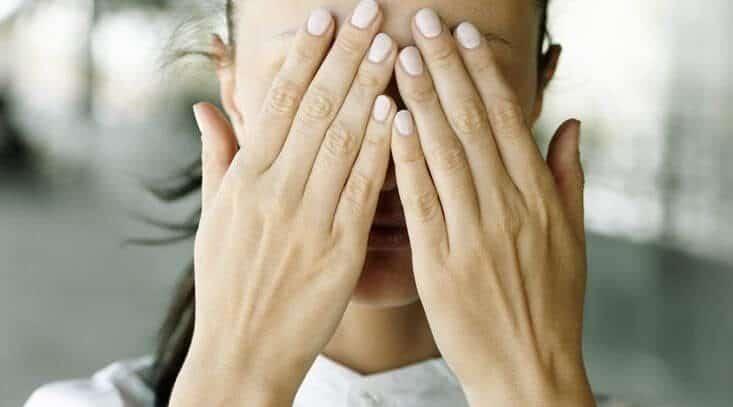 ладони закрывают глаза